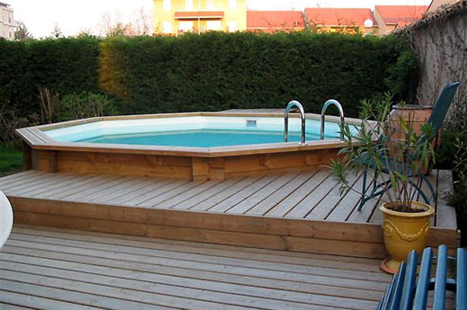 Mur en parpaing cl ture en pin terrasse en bois for Cash piscine catalogue
